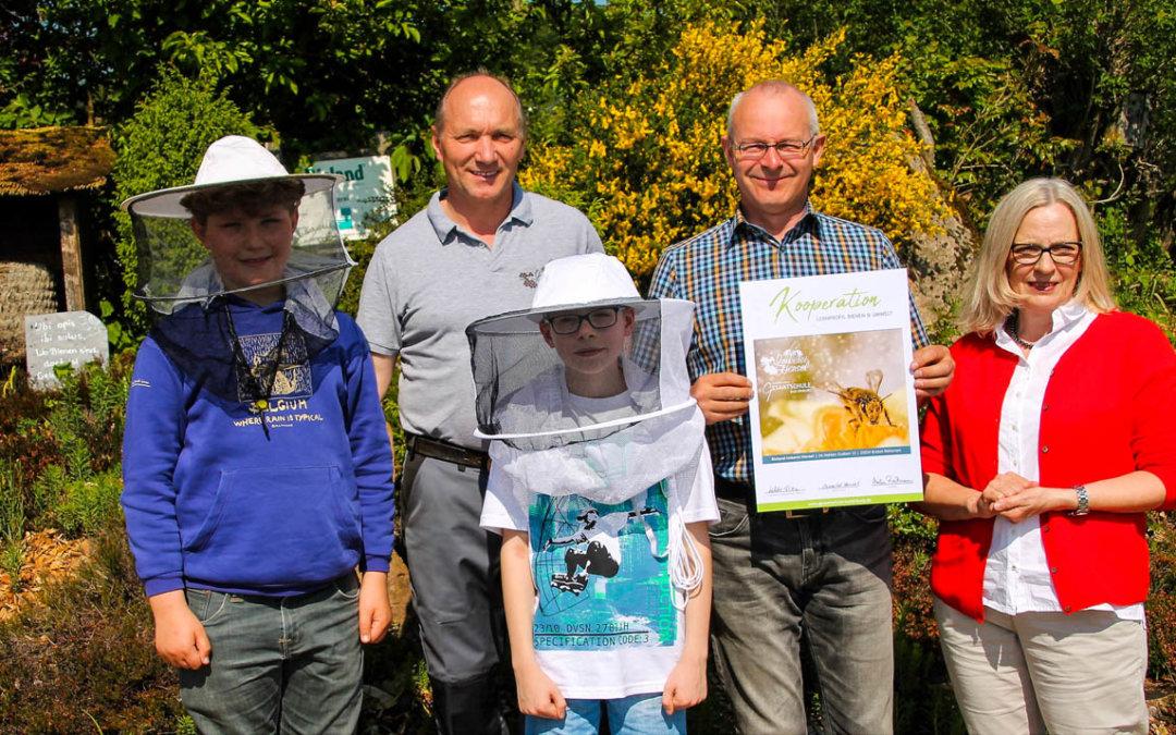 """Wo Bienen sind, ist Gesundheit"""" – Kooperationsvertrag zwischen der Gesamtschule Bad Driburg und der Imkerei Hensel aus Brakel-Bellersen"""
