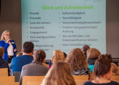 Schulleiterin Brigitte Köhler-Thewes erklärt das Schulkonzept.