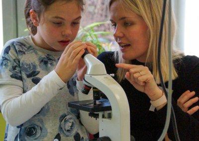 Die Biologielehrerin Anne Gocke erklärt die Funktionsweise eines Mikroskops.