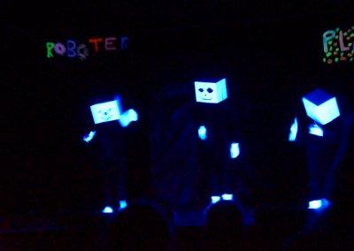 Das Schwarzlichttheater präsentiert ihr Programm.