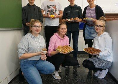 Die Schülerinnen und Schüler Leonie Jung (10f), Melissa Ruder (10f), Lea Stenzel (10c), Simon Düsterhus (10c), Oliver Werner (EF) und Thorben Bertgen (10b) kreieren mit der Lehrerin Jenny Fromme leckere, nachhaltige Gerichte.