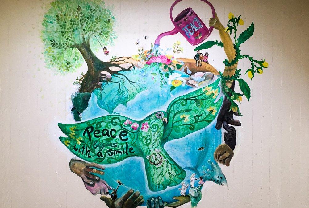 Die Gesamtschule Bad Driburg wird bunter –  Künstlerin Kukuk gestaltet ein Wandgemälde