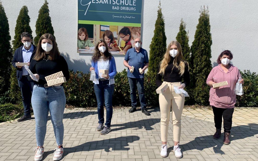 Not macht erfinderisch: Peter Danzebrink fertigt Holzvorrichtungen für Teströhrchen an