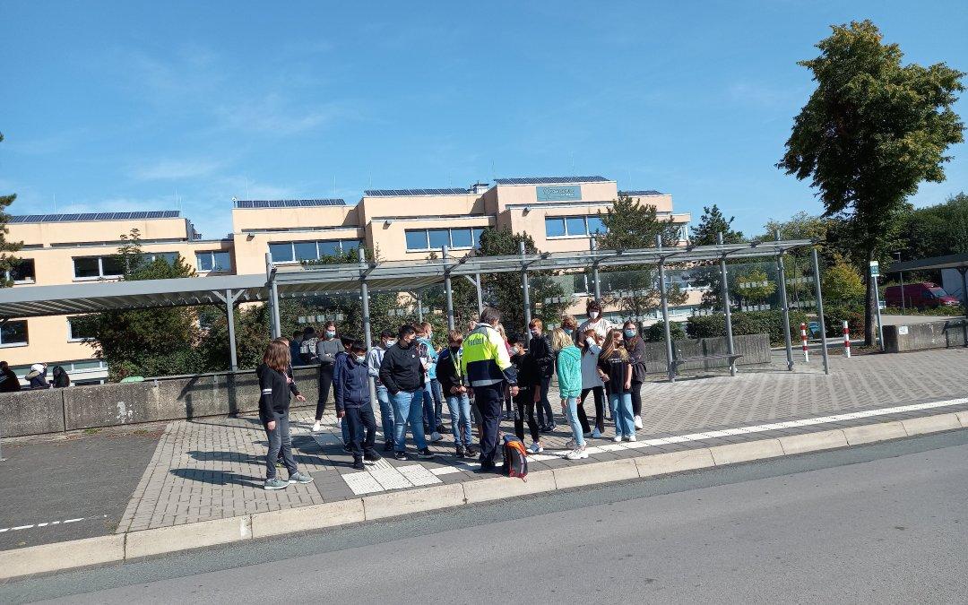 Unsere Busschule: Verkehrserziehung für die 5. Klassen – Polizeihauptkommissar Herr Kruse stand Rede und Antwort