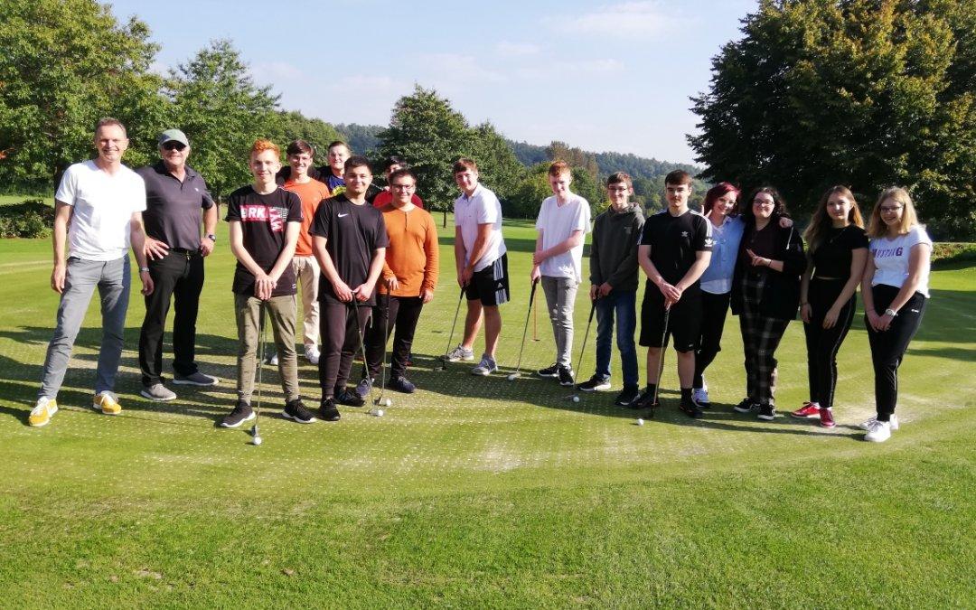 Golfunterricht begeistert – Oberstufenschüler zu Gast im Golfclub